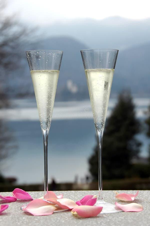 Ein paar Champagne-Gläser stockfotos
