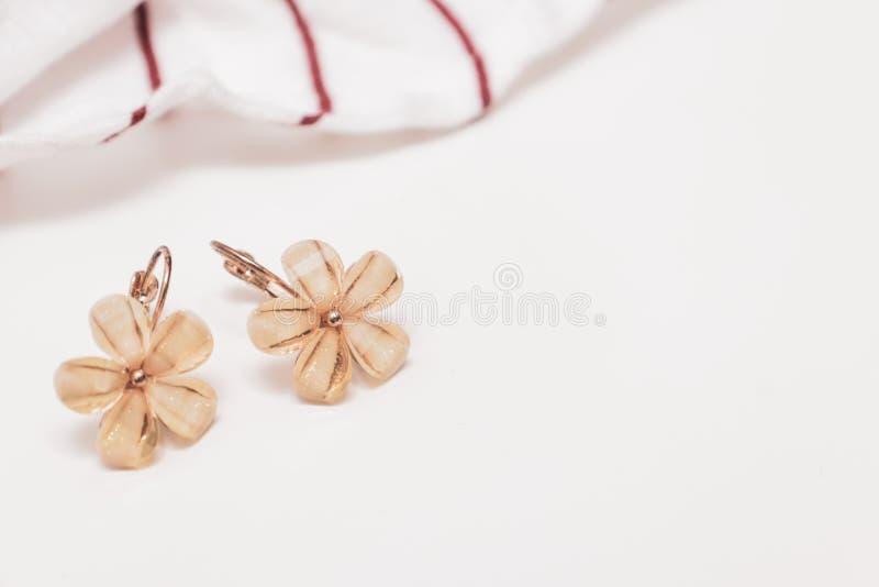 Ein Paar cristal Blumenform bijouterie Ohrringe auf weißem Hintergrund mit Kopienraum lizenzfreie stockbilder