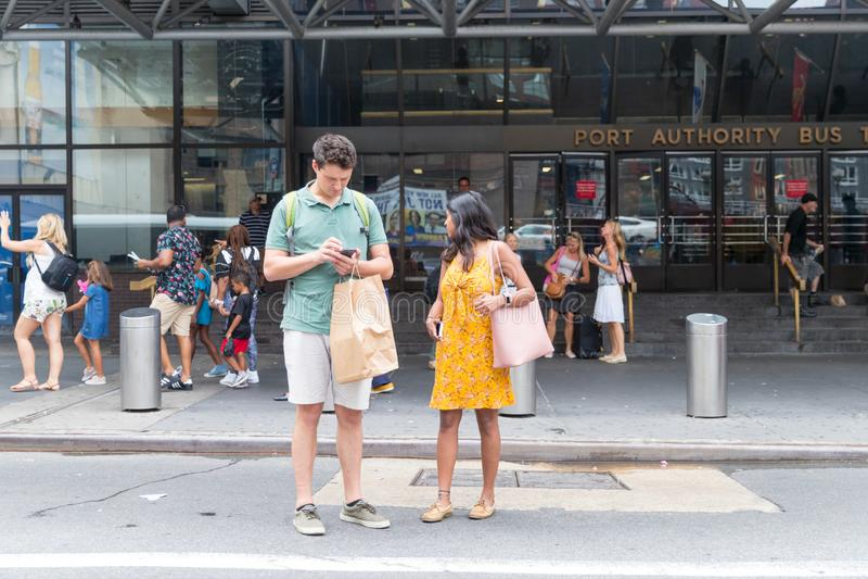 Ein Paar, das New- York Citystraße kreuzt stockbild