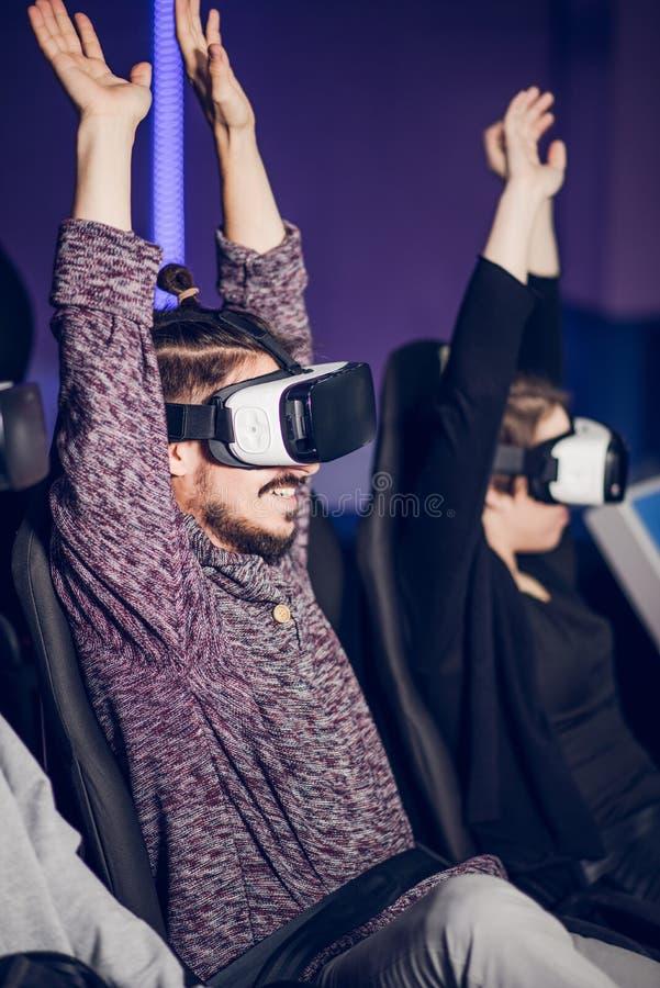 Ein Paar, das Spaß am Kino in den virtuellen Gläsern mit Spezialeffekten in 5d hat stockfotos