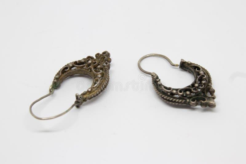 Ein Paar der antiken silbernen Ohrringnahaufnahme lizenzfreie stockfotografie
