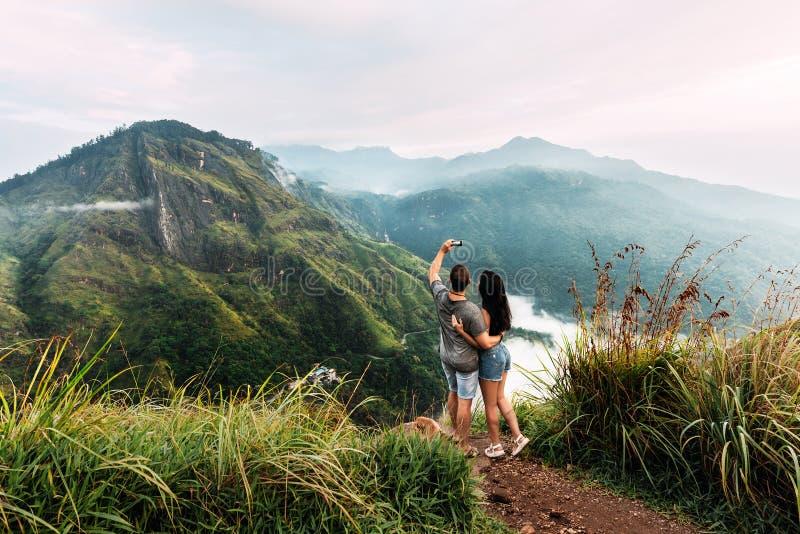Ein Paar in der Liebe nimmt ein selfie Mann- und Frauenholdingh?nde Das Paar reist um Asien Reise zu Sri Lanka Flitterwochenreise stockbilder