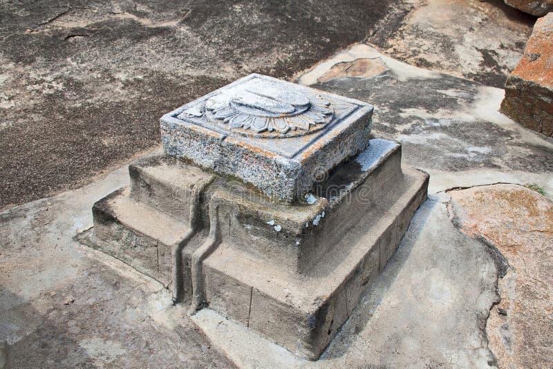 Ein Paar des Fußes druckt vor Höhle Srutakevali Bhadrabahu, Chandragiri-Hügel-Tempelkomplex, Sravanabelgola, Karnataka stockfoto