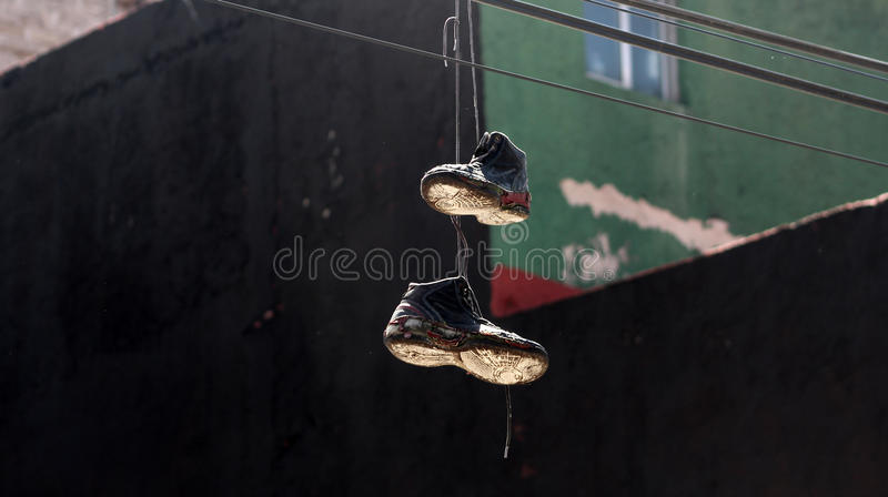 Ein Paar des Schuhhängens lizenzfreie stockfotografie