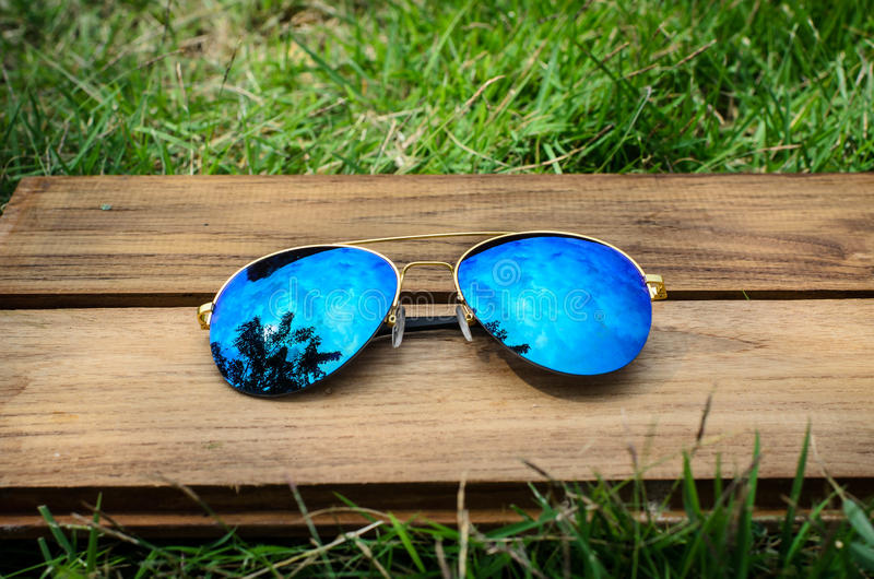 Ein Paar Fliegersonnenbrille auf grünem Gras lizenzfreies stockbild