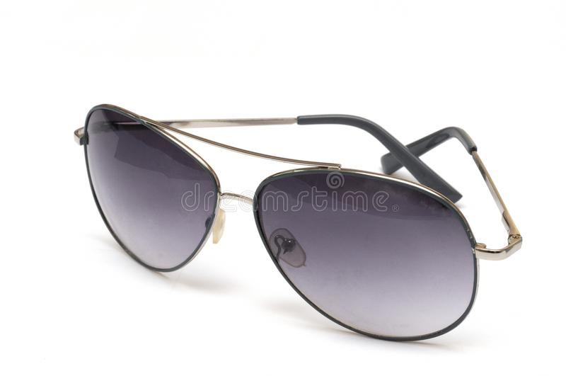 Ein Paar Fliegersonnenbrille gegen einen weißen Hintergrund stockbilder