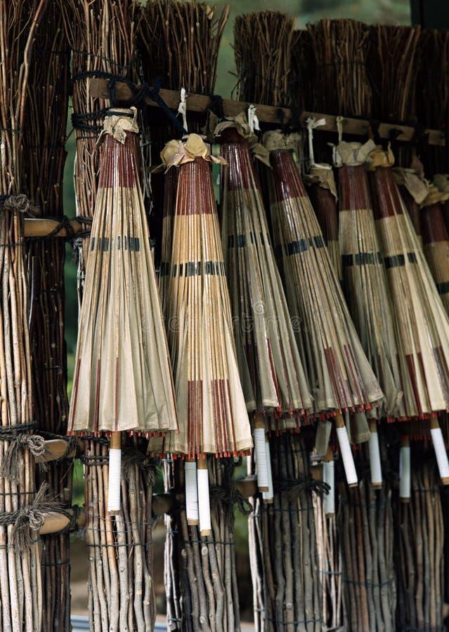 Ein paar japanische bunte hölzerne Regenschirme, die für Verkaufshintergrund hängen lizenzfreie stockbilder