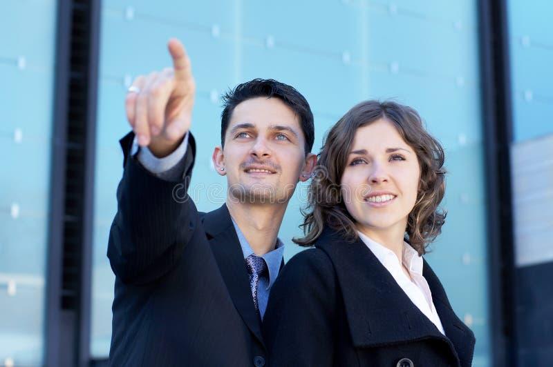 Ein paar junge und attraktive businesspersons lizenzfreie stockfotografie