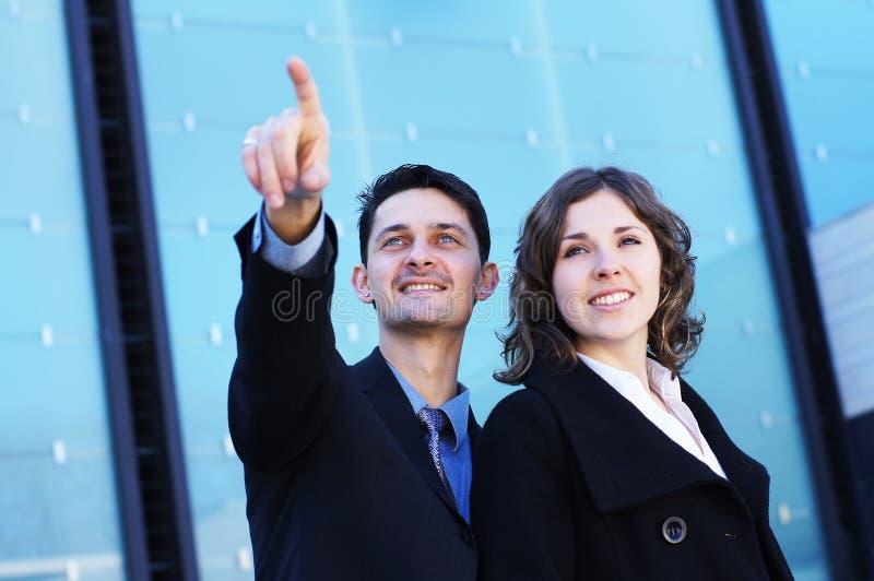 Ein paar junge Wirtschaftler in der formalen Kleidung stockfotografie
