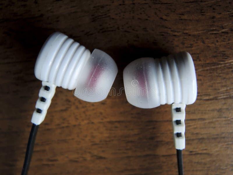 Ein Paar Kopfhörer auf dem Tisch lizenzfreie stockfotografie