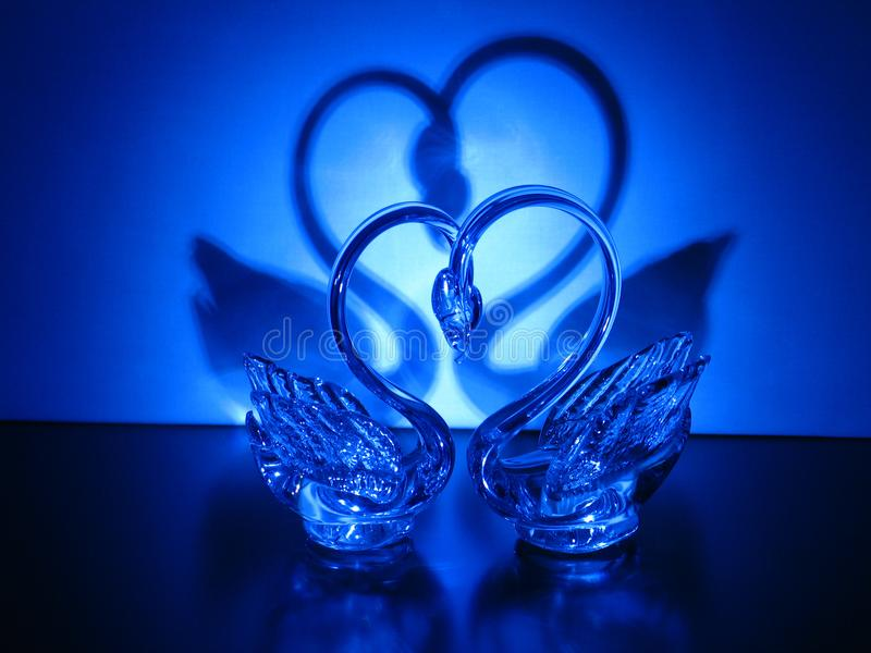 Ein Paar Kristallschwäne stockbild