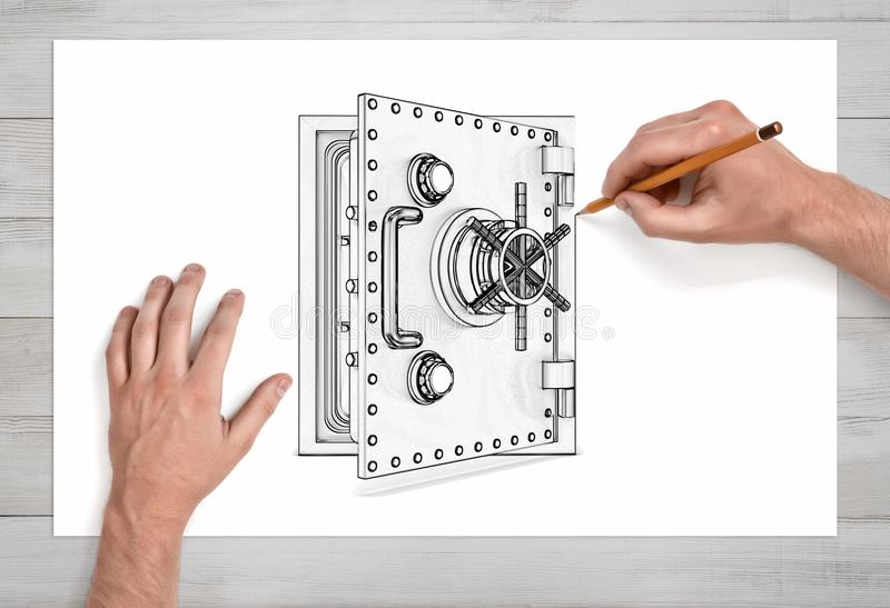 Ein Paar männliche Hände in der nahen Ansicht zeichnet einen offenes Metallsicheren Kasten mit einem Bleistift auf Weißbuch lizenzfreies stockbild