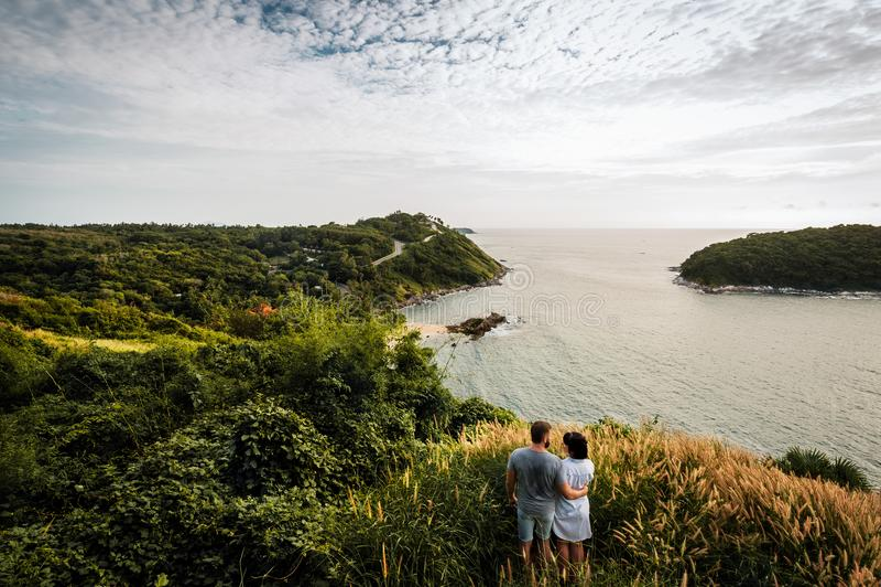 Ein Paar reisenden Liebe in der Welt lizenzfreies stockbild