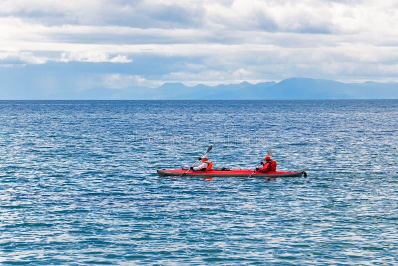 Ein Paar reist mit dem Kanu stockfoto