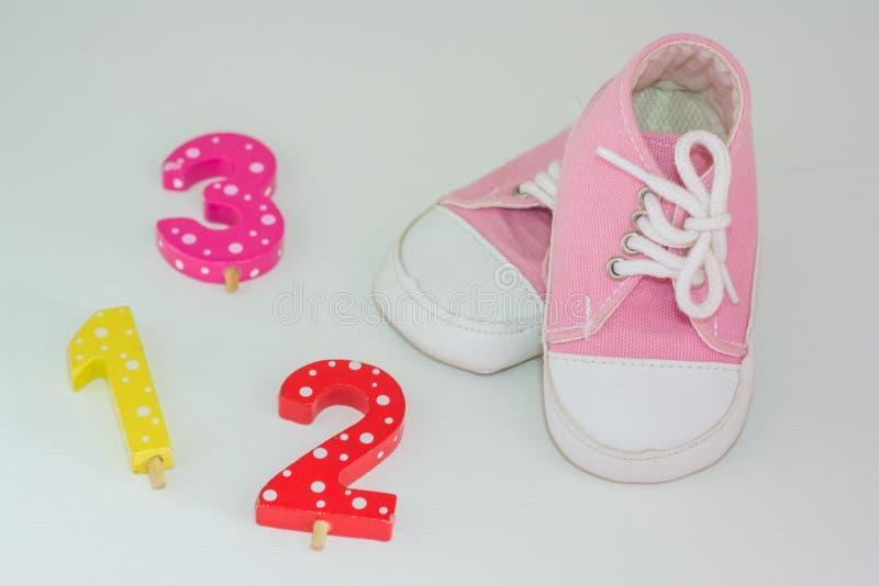 Ein Paar rosa Babyturnschuhe auf weißem Hintergrund stockfoto