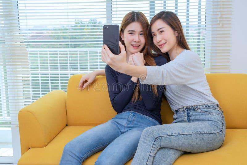 Ein paar schönes asiatisches Frauennehmenfoto beim Lächeln, gleichgeschlechtliche junge verheiratete weibliche Paare in ihrer täg stockfotografie