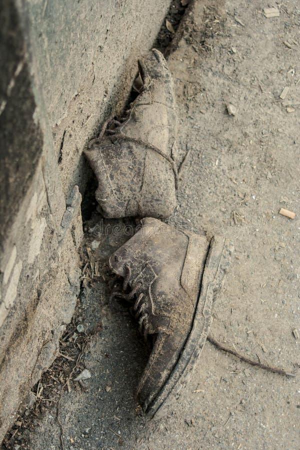 Ein Paar Schuhe verlassen nach einer Flut stockfoto