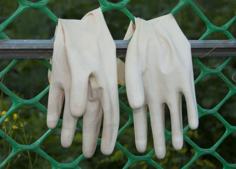Ein Paar Schutzhandschuhe für das Arbeiten im Garten stockfotos