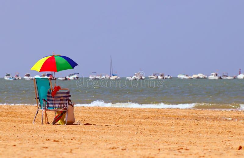 Ein Paar Stühle auf einem goldenen Strand stockfoto