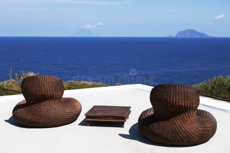 Ein Paar Strandstühle stockbilder