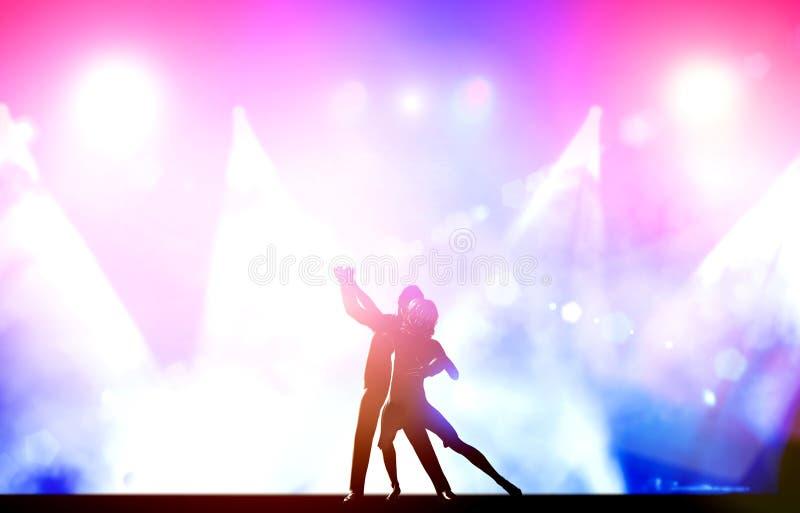 Ein paar Tänzer im eleganten Tanzen werfen im Verein auf lizenzfreies stockfoto
