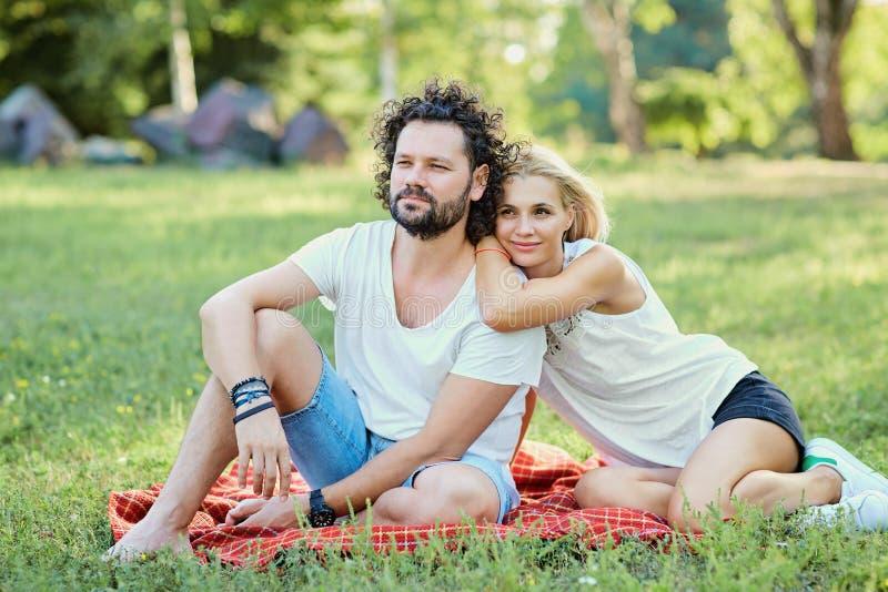 Ein Paar von mittlerem Alter zusammen in der Natur stockfoto