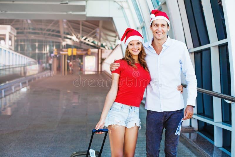 Ein Paare tragendes santa& x27; s-Hüte lizenzfreies stockbild
