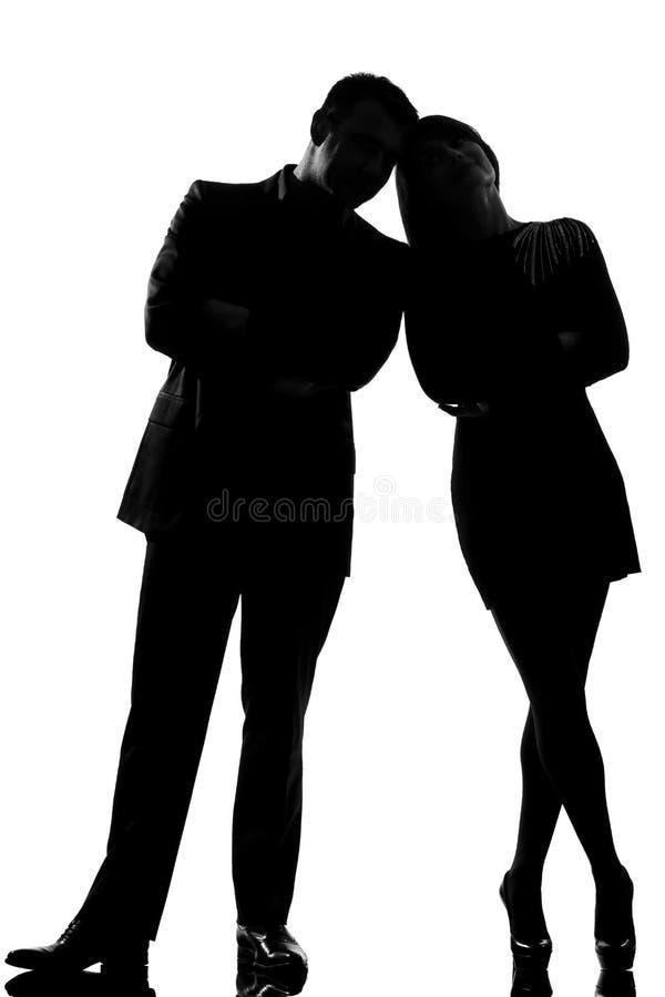 Ein Paarmann und -frau, die vertraulich steht stockfotografie