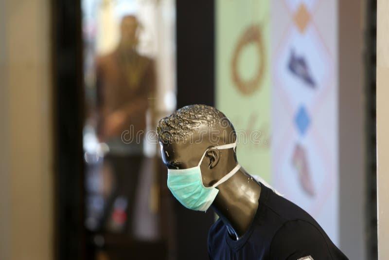 Ein palästinensischer Händler trägt eine Maske für das Gesundheitsgesicht, weil er Angst vor der Ausbreitung der Coronavirus-Kran stockfoto