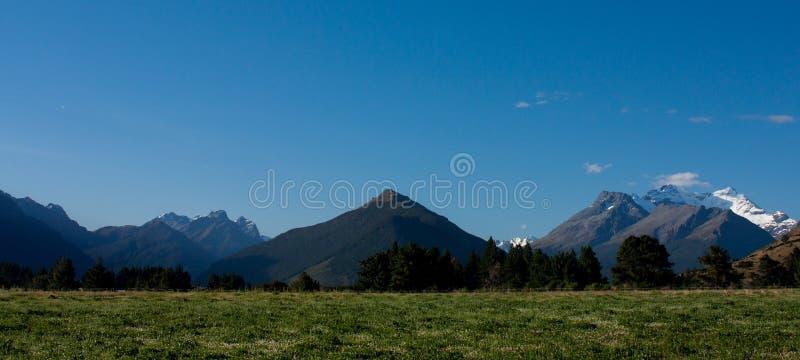 Ein Panorama von Bergen einschließlich mt Alfred in Glenorchy in Neuseeland stockfotografie