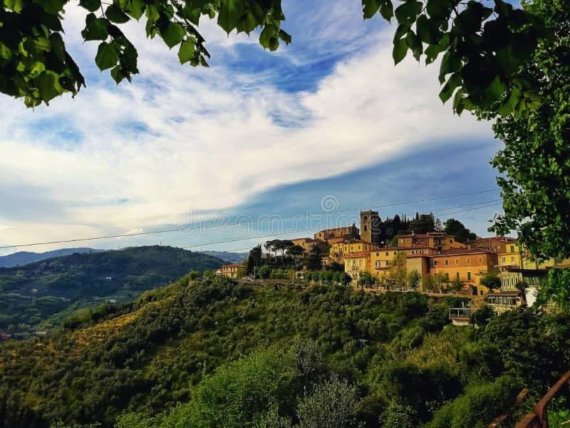 Ein Panoramablick eines mittelalterlichen Dorfs und der Hügel in Toskana lizenzfreies stockbild