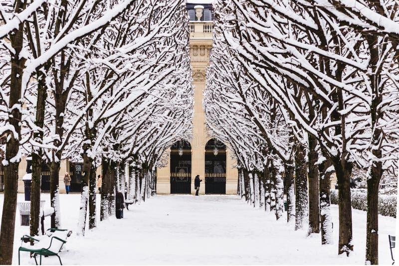 Ein Paris-Park unter dem Schnee stockbild