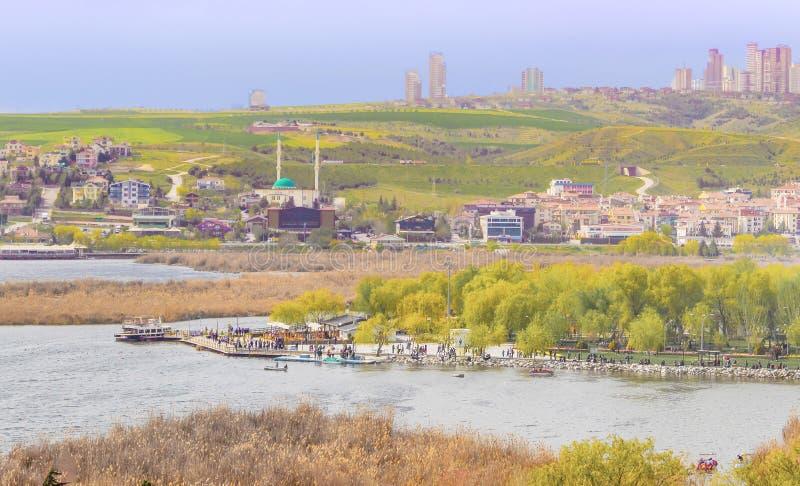Ein Park nahe See Mogan mit Golbasi-Stadt Ankara, die T?rkei lizenzfreie stockfotos