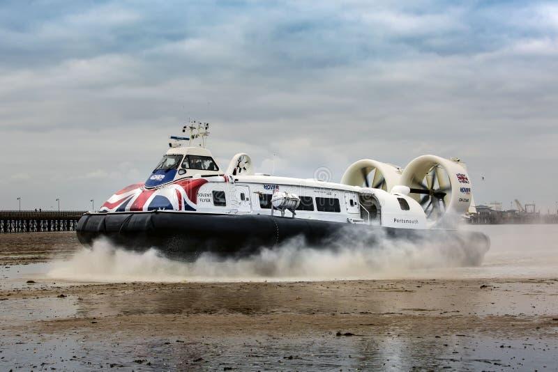 Ein Passagierluftkissenfahrzeug kommt in Ryde-Hafen in der Insel von Wight, von Plymouth Großbritannien an stockfoto