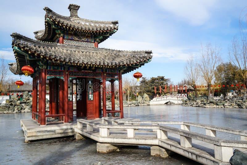 Ein Pavillon in einem historischen traditionellen Garten von Peking, China im Winter, während des Chinesischen Neujahrsfests stockfoto
