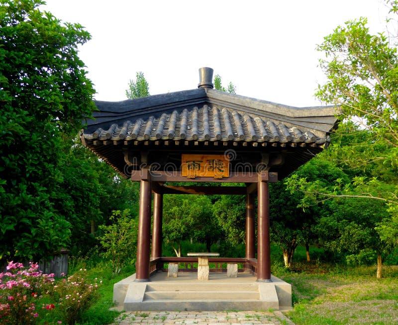 Ein Pavillon umgeben durch Bäume lizenzfreie stockfotografie