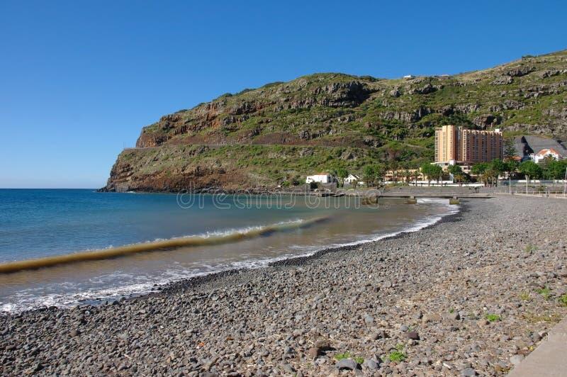 Ein Pebble Beach und eine Ansicht zu Dom Pedro Baia-Hotel in der Insel von Madeira stockfoto