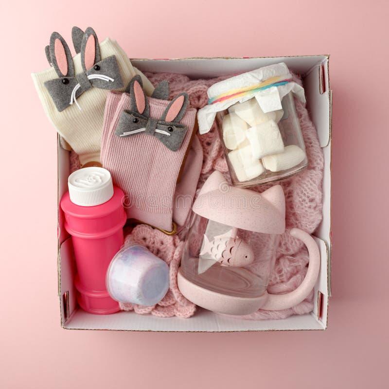 Ein personifizierter Kasten mit Geschenken für Valentinstag, ein Satz nette Sachen, eine einfache Idee für ein romantisches Gesch stockbilder