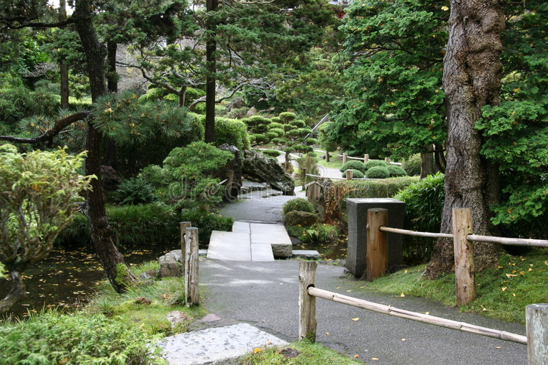Ein Pfad in den japanischen Tee-Gärten lizenzfreie stockfotos