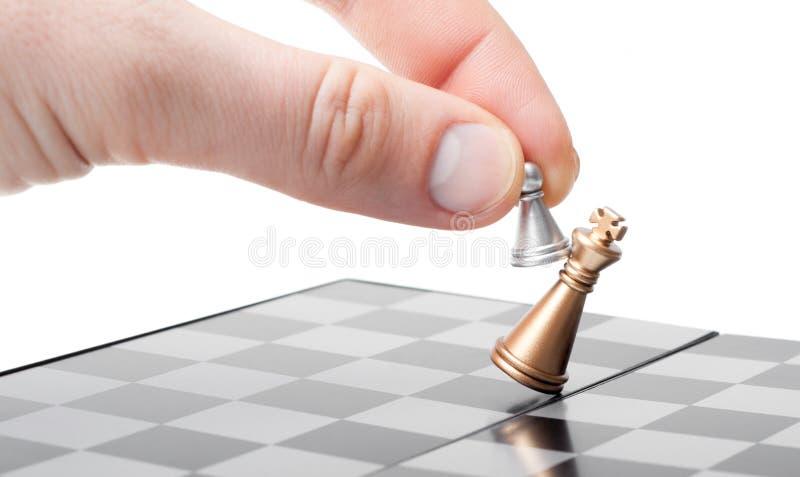 Ein Pfand in der Hand gewinnt den König lizenzfreie stockbilder