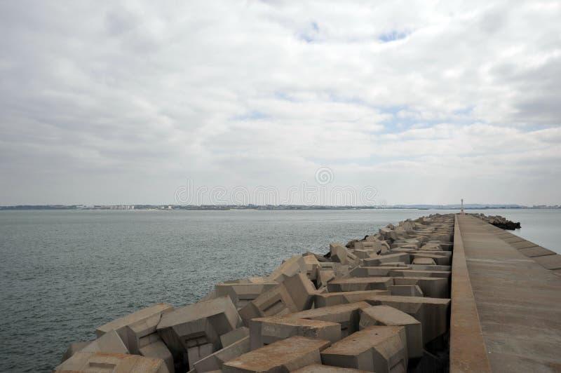Ein Pier in der Seebucht von Cadiz lizenzfreie stockfotos