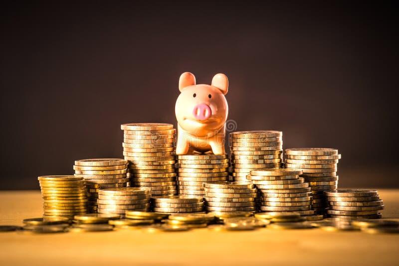 Ein piggy Bankwesen auf Geldstapel für Rettungsgeldkonzept, Raum von Unternehmensplanungsideen, Versicherungsleben in der Zukunft lizenzfreies stockbild
