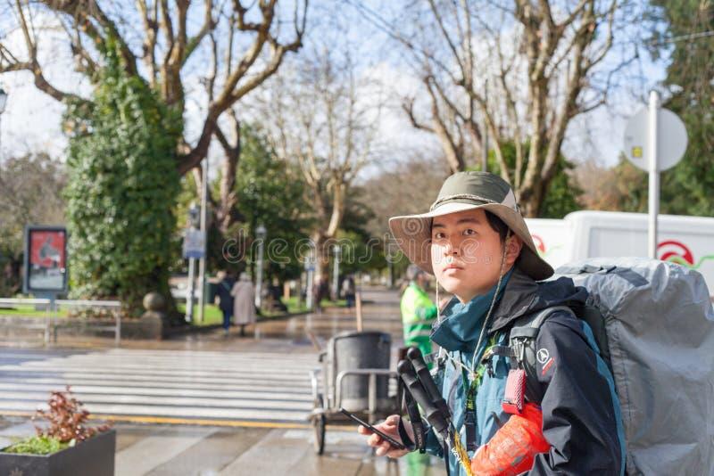 Ein Pilger mit Rucksäcken gehend in Galizien lizenzfreie stockfotos