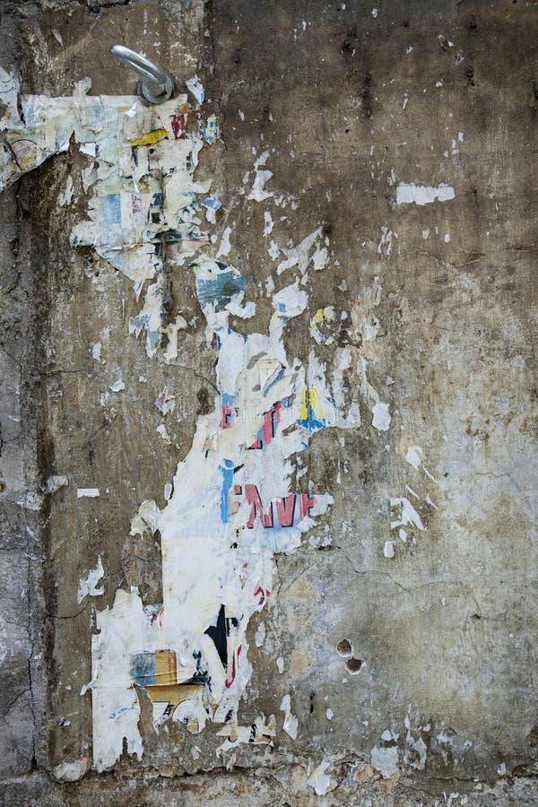 Ein Plakat auseinandergerissen lizenzfreie stockbilder