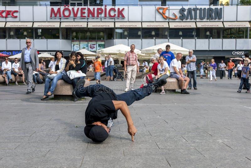 Ein Pochentänzer, der in einem Park durchführt lizenzfreie stockfotografie
