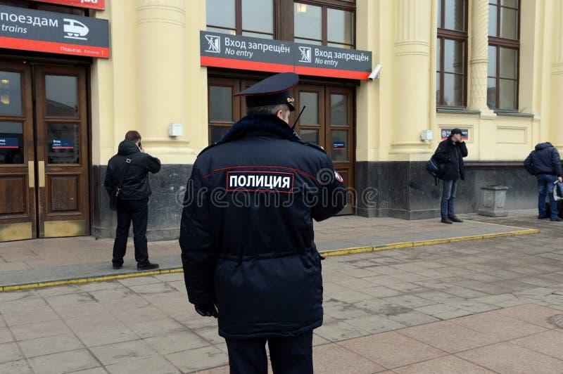 Ein Polizeibeamte an der Leningrad-Station von Moskau lizenzfreies stockbild