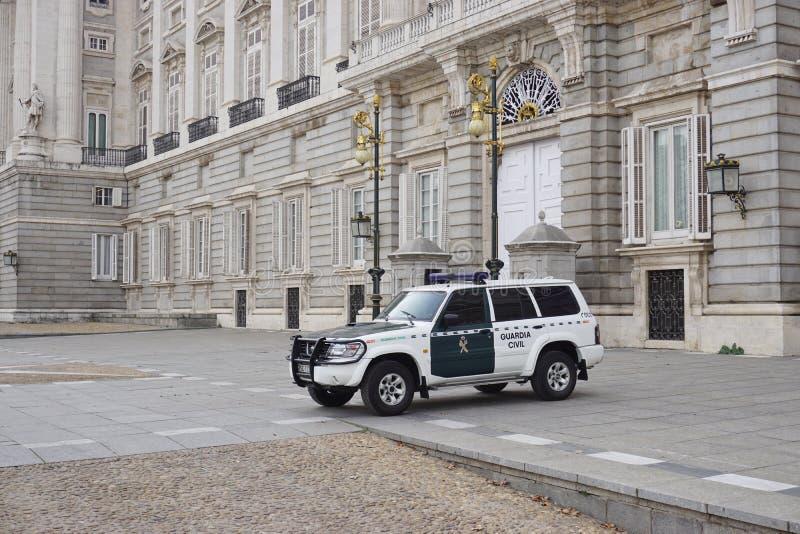Ein Polizeiwagen vor dem Palacio wirklichen De Madrid stockbild