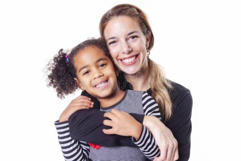 Ein Porträt der glücklichen netten afrikanischen Familie lokalisiert auf weißem Hintergrund stockfotos