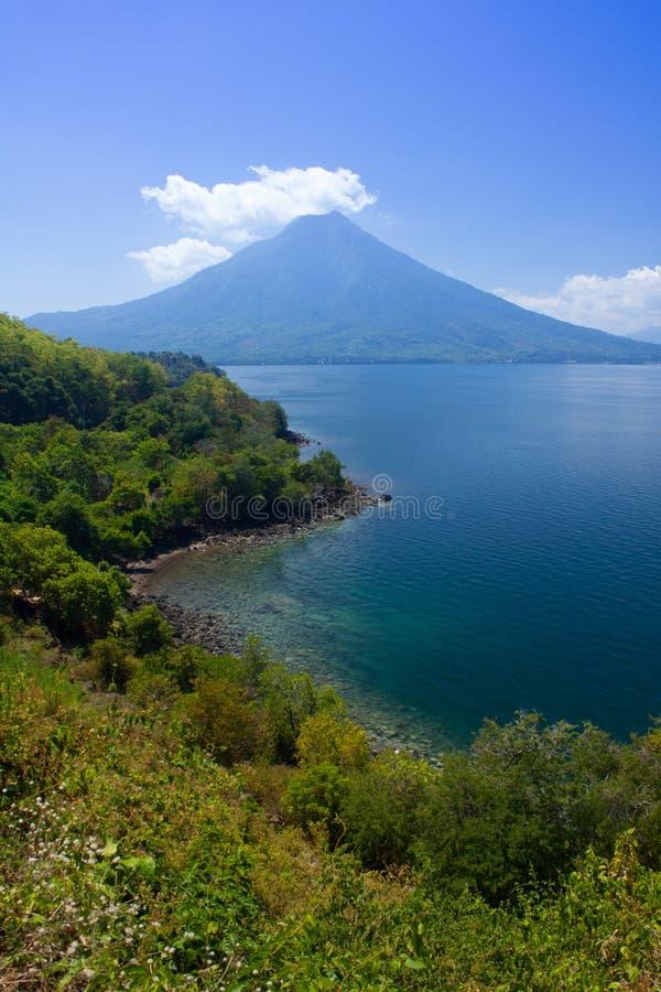 Ein Porträt des Bergblicks, des Meerblicks und des Strandes von Larantuka, Ost-Nusa Tenggara, Indonesien lizenzfreies stockbild