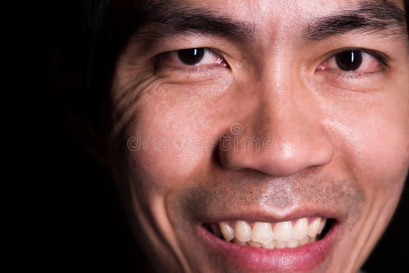 Ein Porträt des lächelnden Mannes wegen des Glückes des Seins ein Lottogewinner Das Lächeln ist darstellen ein glückliches, ein f lizenzfreie stockbilder